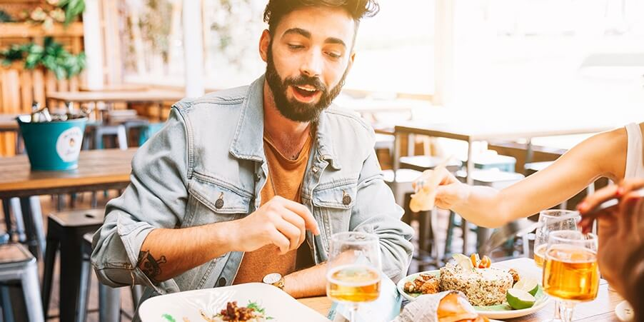 Foto: homem-comendo-pratos-diferentes-de-comida-restaurante-porto-alegre